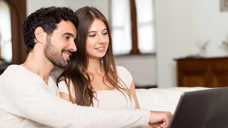 Paar beobachtet ein Sofortkredit-Angebot auf ihrem Computer.