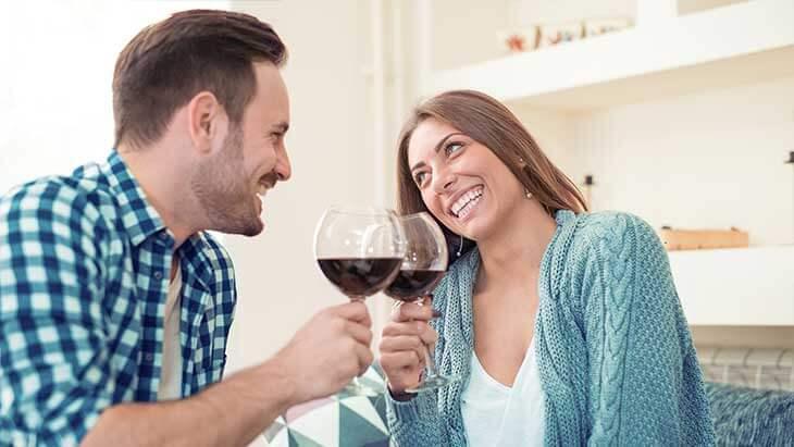 Paar stößt auf Abschluss des Sofortkredites an.