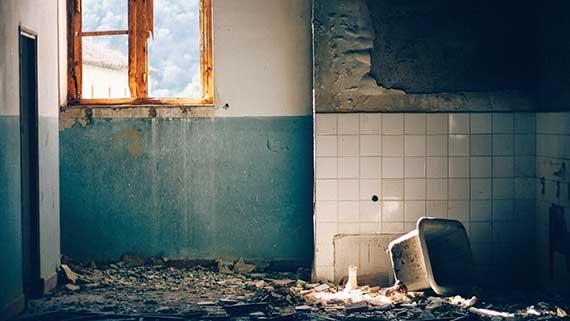 Ein solches ehemaliges Bad ist ein Fall für einen Sanierungskredit von Kreditissimo